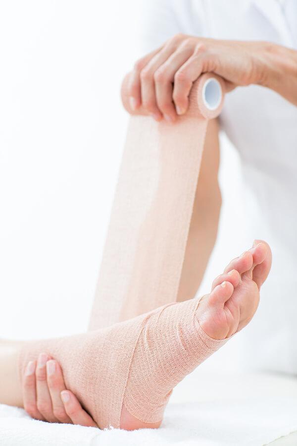 tratamiento Lesiones deportivas con vendaje compresivo